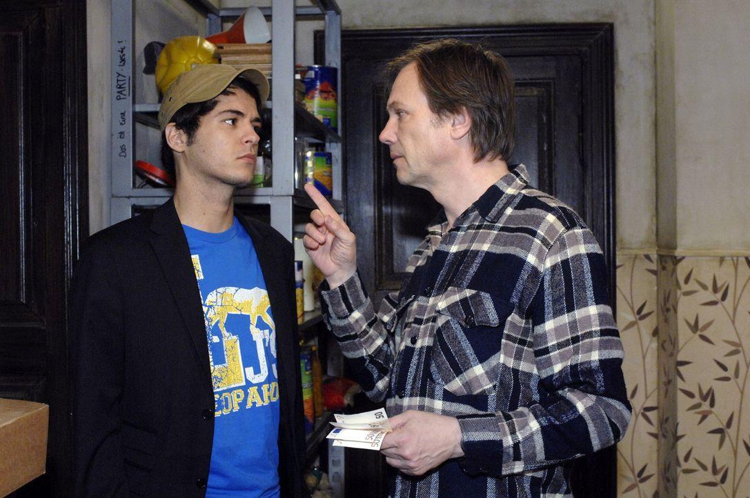 Armin (Rainer Will, r.) ist wütend: Er ist überzeugt, dass Maik (Sebastian König, l.) den Ordner zurückgebracht hat - und dass er es auch war, der i... - Bildquelle: Oliver Ziebe Sat.1