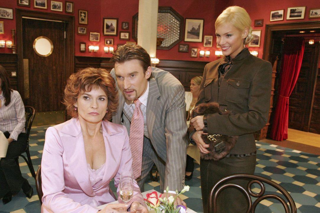 Nachdem Richard (Karim Köster, M.) Sabrina (Nina-Friederike Gnädig, r.) überraschend einen Heiratsantrag gemacht hat, lassen die beiden Sophie (Gabr... - Bildquelle: Noreen Flynn Sat.1