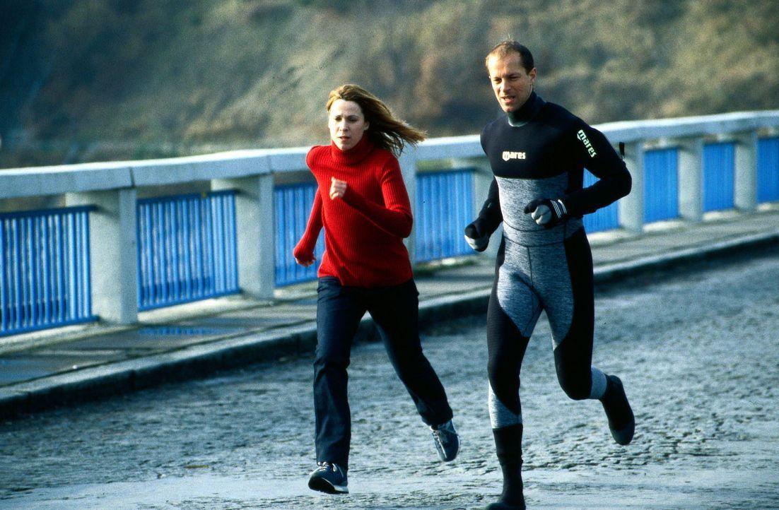 Claudia Färber (Doris Schretzmayer, l.) und Sven Todt (Jochen Horst, r.) versuchen zu fliehen, bevor der Staudamm einstürzt. - Bildquelle: Jiri Hanzl Sat.1
