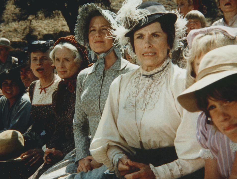 (v.l.n.r.) Grace Snider (Bonnie Bartlett), Margaret Mumford (June Dayton), Caroline Ingalls (Karen Grassle), Mrs. Oleson (Katherine MacGregor), Nell... - Bildquelle: Worldvision