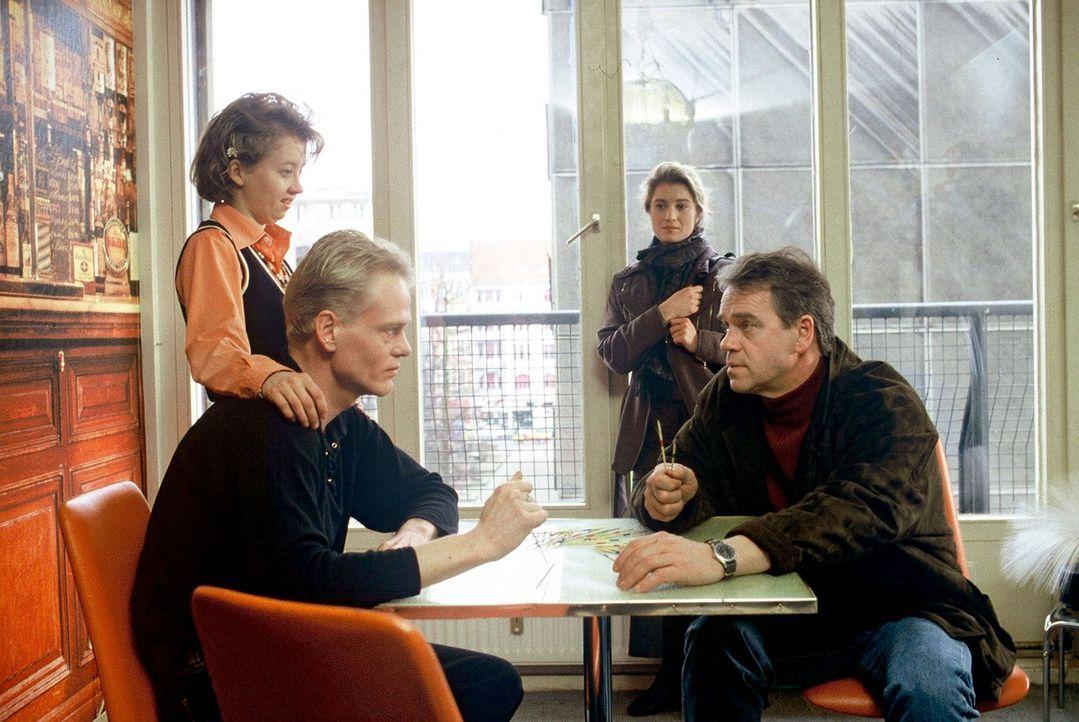 Kommissar Wolff (Jürgen Heinrich, r.) und die Journalistin Christine Becker (Nina Franoszek, 2.v.r.) befragen Steinke (Frank-Michael Köbe, 2.v.l.)... - Bildquelle: Arno Kiermeir Sat.1