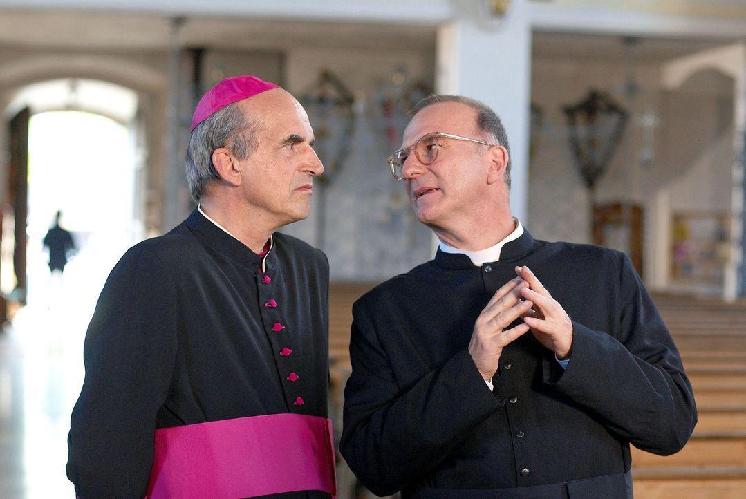 Prälat Hinter (Michael Lerchenberg, r.) ist glücklich über den hohen Besuch von Monsignore Testelli (Karl Knaup, l.) aus Rom. - Bildquelle: Walter Wehner Sat.1