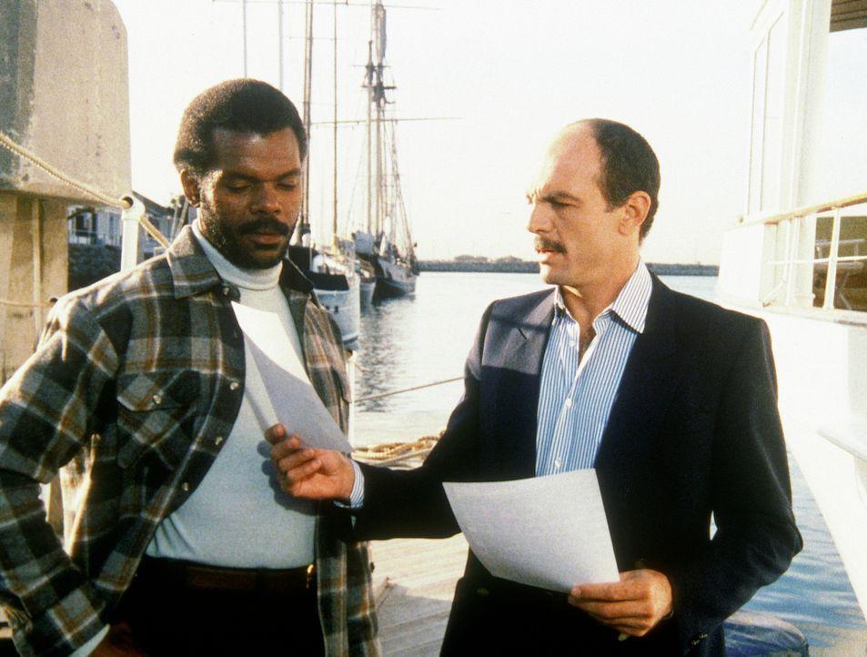 Dagget (Al White, l.) erhält von Pierce (Carmen Argenziano) Amandas Personenbeschreibung. Er soll die Agentin für einen reichen Kunden entführen. - Bildquelle: CBS Television