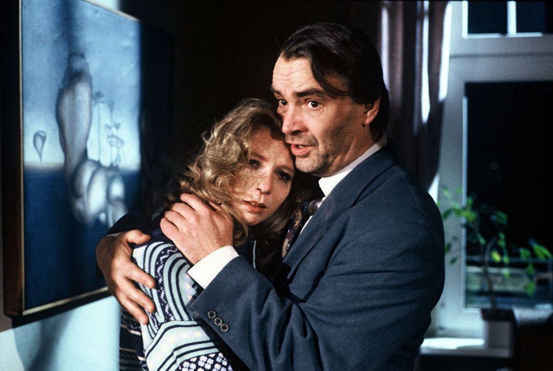 Taschnitz (Walter Kreye, r.), der Chef des Rauschgiftdezernats, hat eine Morddrohung bekommen und tröstet seine Frau Cornelia (Christin Marquitan,... - Bildquelle: Alfred Raschke Sat.1