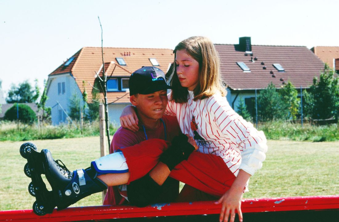 Die 15-jährige Isabelle (Meike Fellinger, r.) hat sich beim Rollerskaten verletzt. Ihr Freund Thommy (Alexander Jürs, l.) eilt zur Hilfe. - Bildquelle: Krajewsky Sat.1