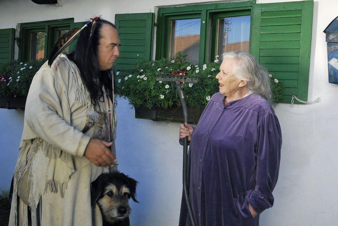 Resi (Ruth Drexel, r.) fällt aus allen Wolken: Vor ihrer Pension haben ein obdachloser Indianer (Willy Michl, l.) und sein Hund übernachtet. - Bildquelle: Hans Seidenabel Sat.1