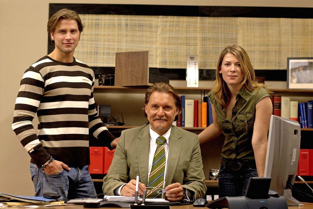 Ingo Lenßen (M.) und die Ermittler Katja Hansen (r.) und Sebastian Thiele (l.) - Bildquelle: Walter Wehner Sat.1