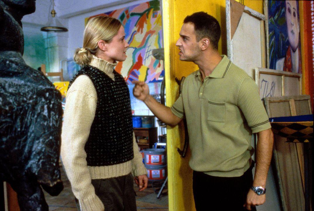 Connie (Karoline Eichhorn, l.) ist außer sich, als Marco (Moritz Bleibtreu, r.) ihr offenbart, dass er das Fluchtgeld verspielt hat. - Bildquelle: Conny Klein Sat.1