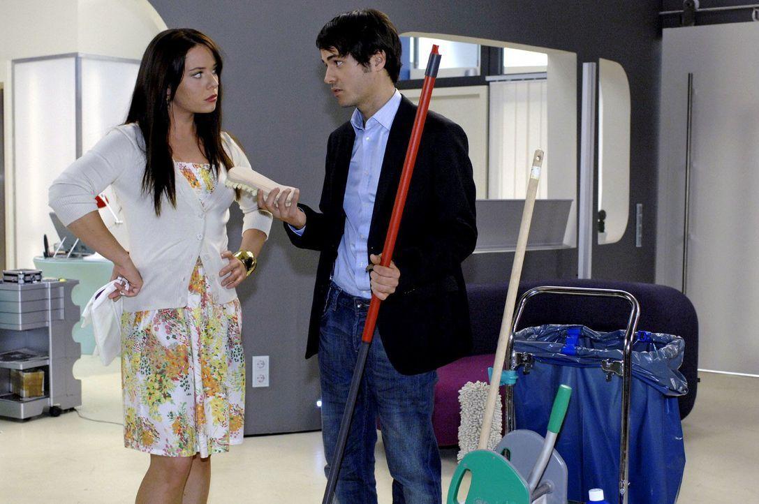 Anstatt Paloma (Maja Maneiro, l.) wie versprochen auszuführen, bittet Maik (Sebastian König, r.) sie um Hilfe beim Putzen ... - Bildquelle: Oliver Ziebe Sat.1