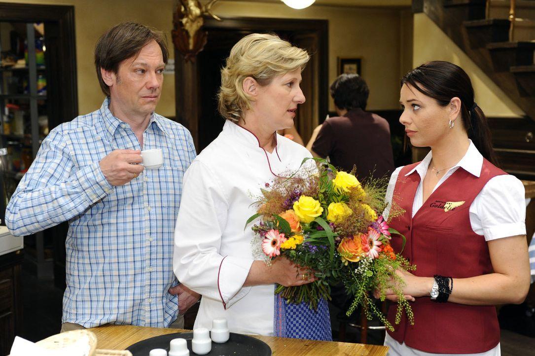 Paloma (Maja Maneiro, r.) ist gerührt, als sich Susanne (Heike Jonca, M.) und Armin (Rainer Will, l.) bei ihr dafür  entschuldigen, dass sie sich so... - Bildquelle: Oliver Ziebe Sat.1