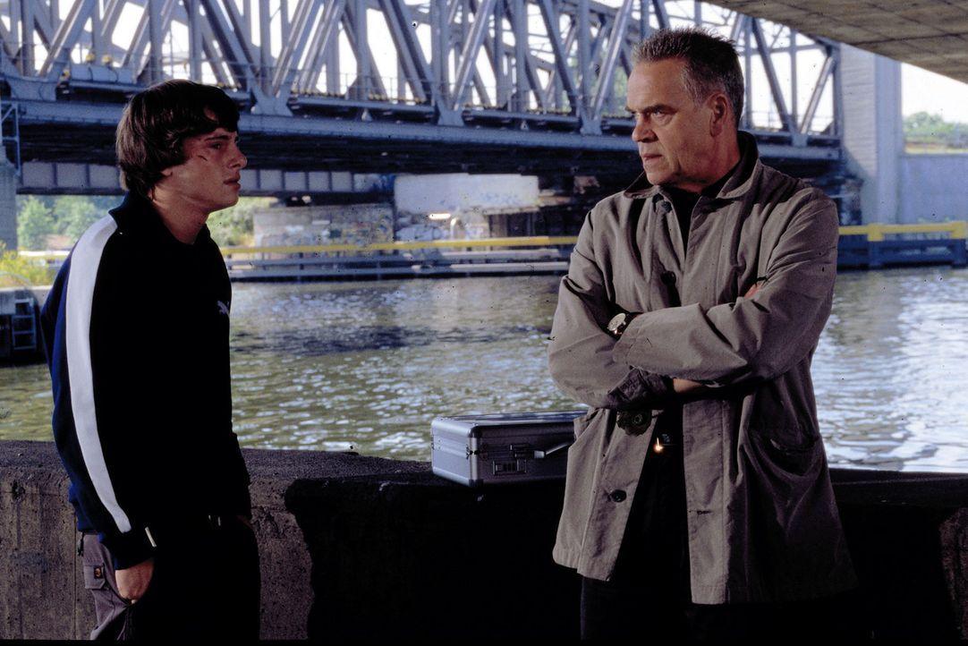 Wolff (Jürgen Heinrich, r.) versucht mit Hilfe von Martin (Jonas Jägermeyr, l.) an einen gefährlichen Drogendealer-Ring zu gelangen. - Bildquelle: Leslie Haslam Sat.1