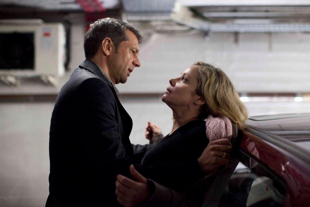 Jakob Braunstein (Kai Wiesinger, l.) nutzt seine Machtposition als Chef schamlos aus, selbst vor einem gewaltsamen Übergriff auf Hella (Ann Kathrin... - Bildquelle: Georg Pauly SAT.1