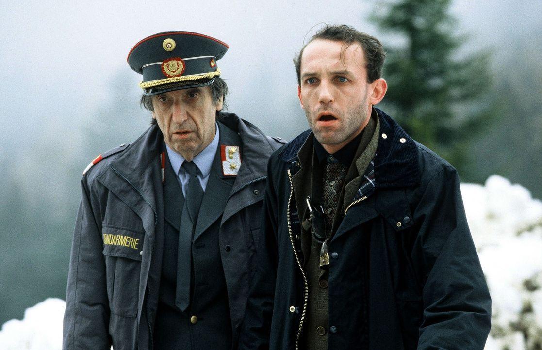 Stockinger (Karl Markovics, r.) und der Postenkommandant Fuchs (Herbert Fux, l.) sind dem Täter auf der Spur ... - Bildquelle: Hermann Huber Sat.1