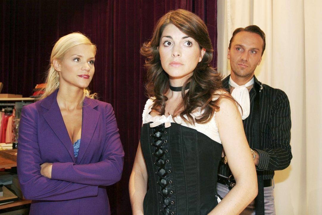 Mariella (Bianca Hein, M.) ist unglücklich mit den Sachen aus der neuen Kollektion von Hugo (Hubertus Regout, r.). Sabrina (Nina-Friederike Gnädig,... - Bildquelle: Noreen Flynn Sat.1