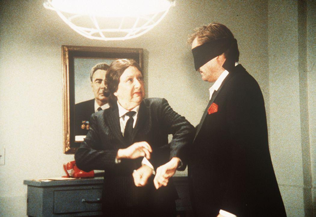 Lee und Emilie (Jean Stapleton, l.) versuchen, den gescheiterten englischen Geschäftsmann Sydney Whitsett (David Knapp, r.) zum Reden zu bringen, in...