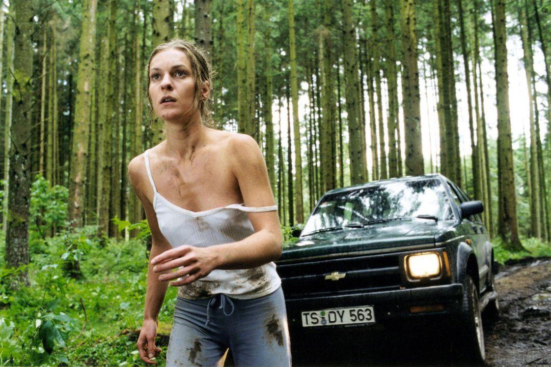 Kate (Lisa Martinek) bemerkt einen Wagen, der ihr mit aufgeblendeten Scheinwerfern hinterherkommt. Plötzlich ist sie sich sicher, dass es der Fahrer... - Bildquelle: Louis Jean Heydt Sat.1