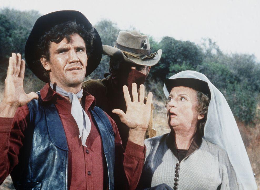 Candy (David Canary, l.) arbeitet für die eigenwillige Mrs. Wharton (Mildred Natwick, r.) und kann nicht verhindern, dass sie überfallen werden. - Bildquelle: Paramount Pictures