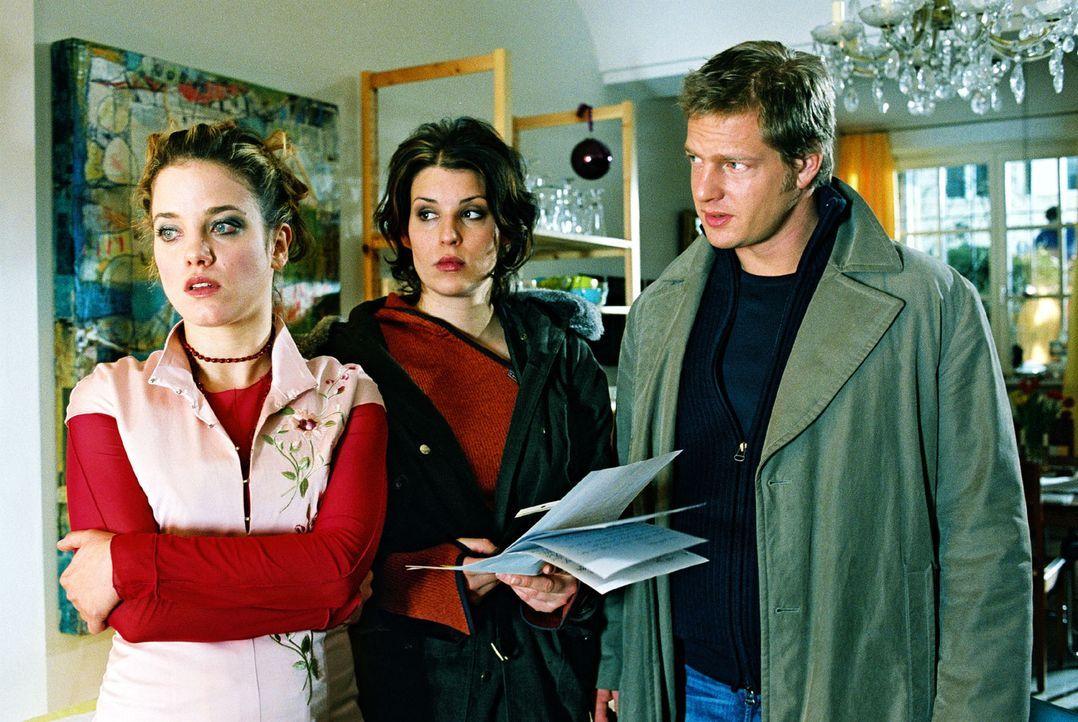 Mona Seidler (Muriel Baumeister, l.) wird seit Monaten von einem fanatischen Verehrer belästigt. Nina (Elena Uhlig, M.) und Leo (Henning Baum, r.)... - Bildquelle: Christian A. Rieger Sat.1