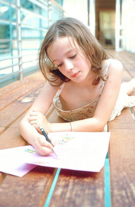 Der einzige Mensch, dem Lilly (Nina Gummich) ihren Kummer anvertraut, ist ihre verstorbene Mutter. Täglich schreibt sie ihr liebevolle Briefe. Doch... - Bildquelle: Mühle ProSieben