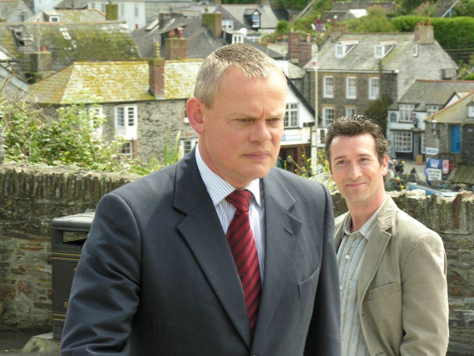 Als Doc Martin (Martin Clunes, l.) miterleben muss, wie sehr Danny (Tristan Sturrock, r.) um Louisa kämpft, ist er davon nicht sehr erfreut. Denn in... - Bildquelle: BUFFALO PICTURES/ITV