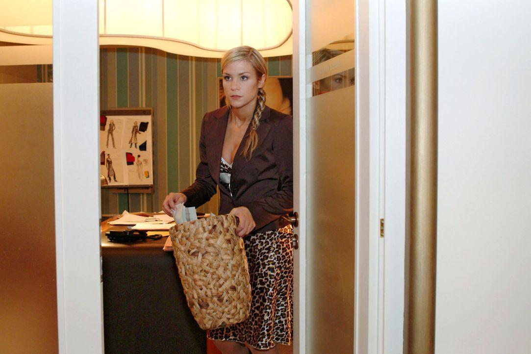 Sabrina (Nina-Friederike Gnädig) betreibt für Richard Nachforschungen - in Davids Papierkorb ... - Bildquelle: Monika Schürle Sat.1