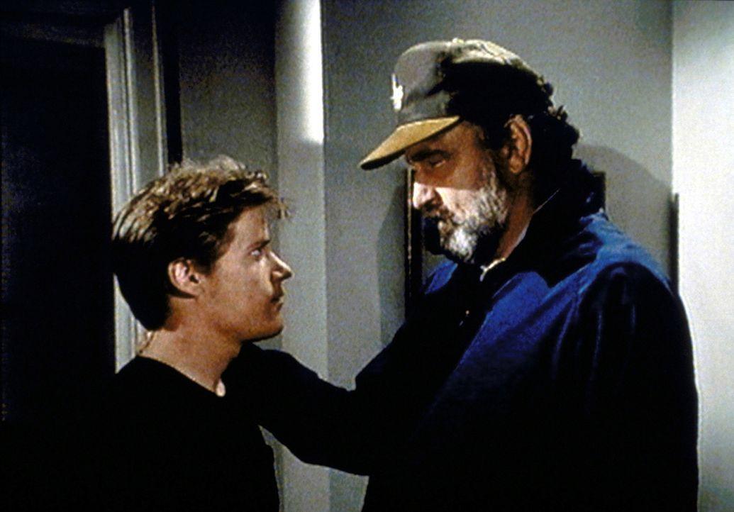 Mark (Victor French, r.) versucht, den Drogendealer Ray Russo (Jason Oliver, l.) mit einem Trick zu entlarven. - Bildquelle: Paramount Pictures