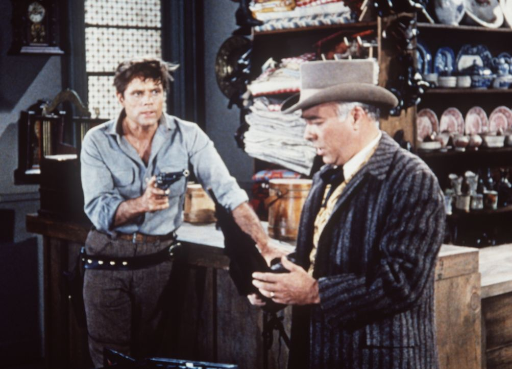 Clay Renton (Jack Lord, l.) überfällt Mr. Buford (Edward Platt, r.) in dessen Laden. - Bildquelle: Paramount Pictures