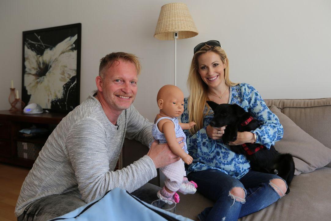 Moderatorin Andrea Kaiser (r.) lernt bei Hundecoach Enrico Lombardi (l.), wie man seinen Hund an ein Baby gewöhnt. Aus gutem Grunde ... - Bildquelle: SAT.1