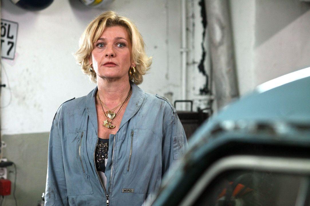 Helga Gascher (Saskia Vester) wurde von Uwe Mautner auf die Rückzahlung von 15.000 Euro verklagt und gehört somit zum Kreis der Tatverdächtigen. - Bildquelle: Petro Domenigg Sat.1