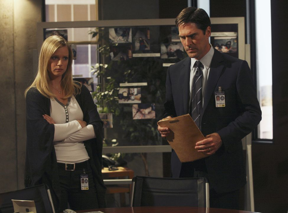 Noch tappen JJ (A.J. Cook, l.) und Hotch (Thomas Gibson, r.) im Dunkeln ... - Bildquelle: Dean Hendler 2006 Touchstone Television. All rights reserved. NO ARCHIVE. NO RESALE.