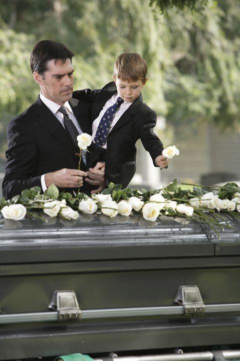 Ein schwerer Tag für Hotch (Thomas Gibson, l.) und seinen Sohn Jack (Cade Owens, r.) ... - Bildquelle: Adam Taylor 2009 ABC Studios. All rights reserved. / Adam Taylor