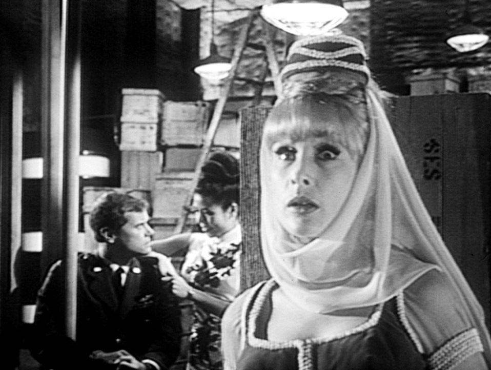 Tony (Larry Hagman, l.) ist entführt worden. Die Prinzessin (Linda Ho, M.) will Tony mit einem U-Boot aus dem Land schaffen. Jeannie (Barbara Eden,... - Bildquelle: Columbia Pictures