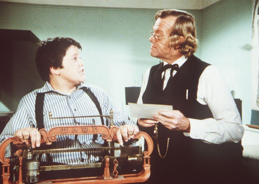 Dr. Baker (Kevin Hagen, r.) überwacht Elmers (J. Brennan Smith, l.) Versuche abzunehmen. - Bildquelle: Worldvision