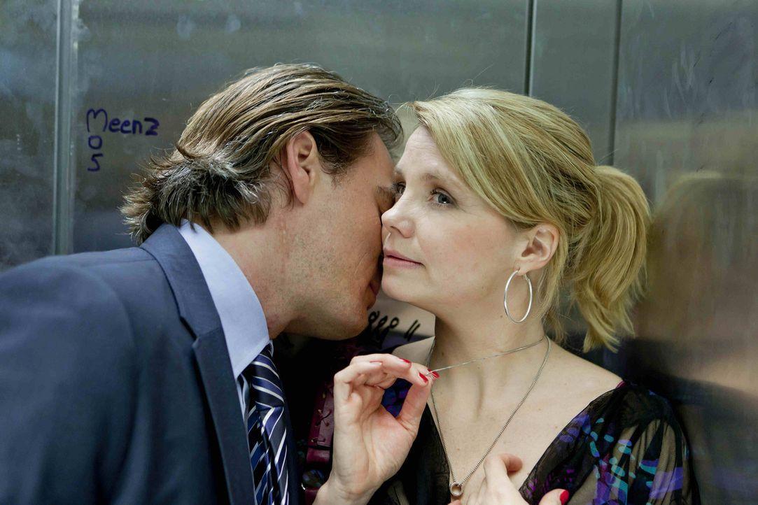 Danni (Annette Frier, r.) und Olli (Jan Sosniok, l.) nähern sich wieder an, und für einen Moment sieht es so aus, als würde Danni ihren Klapptisch g... - Bildquelle: Frank Dicks SAT.1