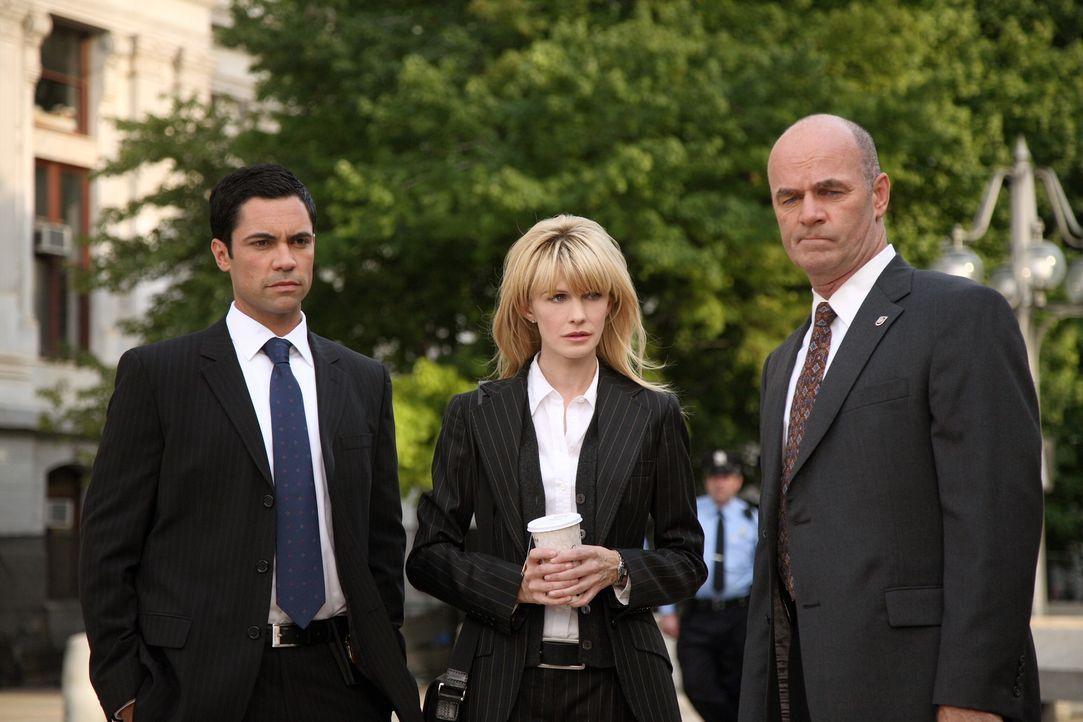 Arbeiten an einem neuen Fall: Scott (Danny Pino, l.), Lilly (Kathryn Morris, M.) und John (John Finn, r.) ... - Bildquelle: Warner Bros. Television