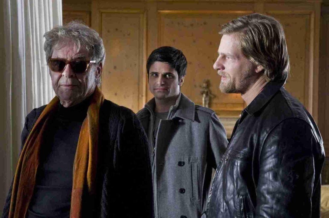 Schon sehr bald finden Mick (Henning Baum, r.) und Andreas (Maximilian Grill, M.) heraus, dass der Tote der Sohn des erblindeten Unternehmers Olaf B... - Bildquelle: Martin Rottenkolber SAT. 1