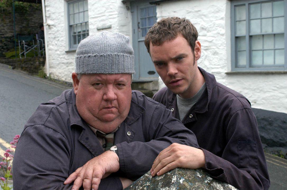 Werden von der Vergangenheit eingeholt - oder bilden sich das Klempner Bert Large (Ian McNeice, l.) und sein Sohn Al (Joe Absolom, r.) alles nur ein? - Bildquelle: BUFFALO PICTURES/ITV