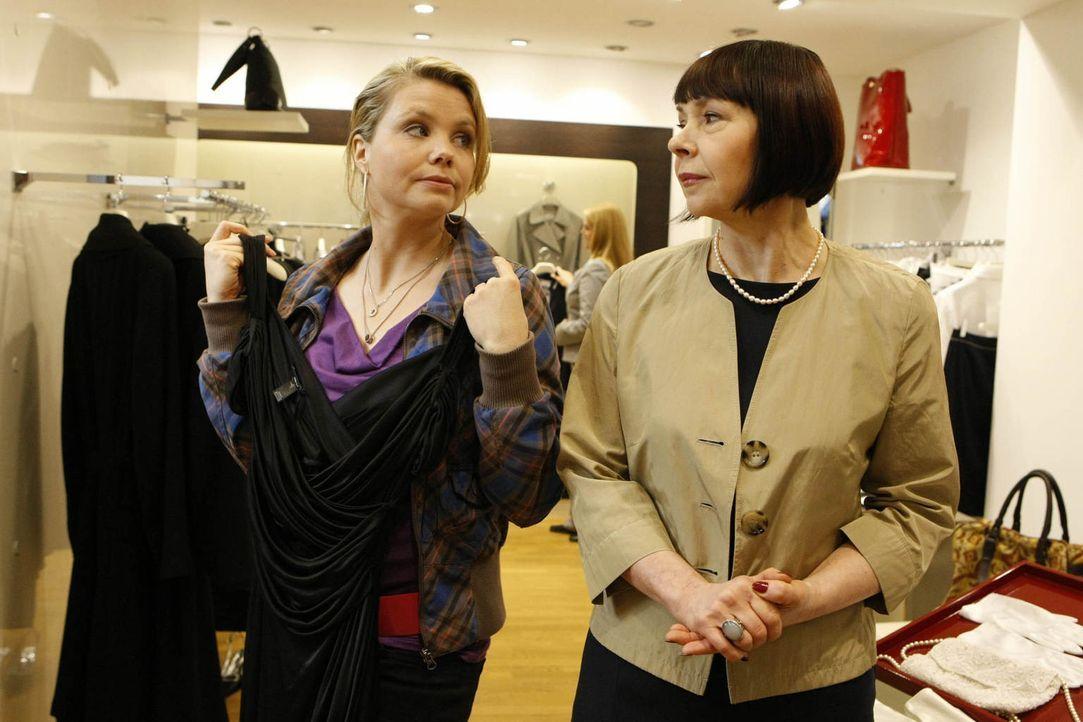 Da Oliver Danni (Annette Frier, l.) in ein Konzert eingeladen hat, braucht sie natürlich noch etwas Passendes zum anziehen. Mit der Boutiqueverkäufe... - Bildquelle: Frank Dicks SAT.1