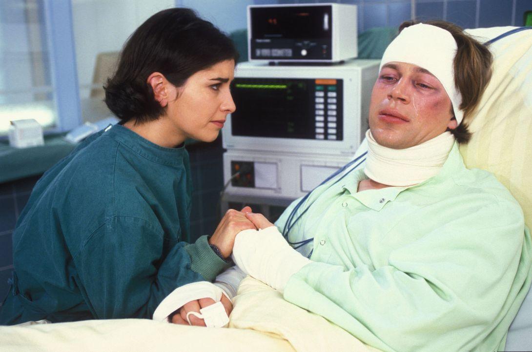 Nach dem tödlichen Unfall mit der Pferdekutsche, bei dem Ulf Prigall (Gerald Michel, r.) verletzt und seine Freundin Sima getötet wurde, flüchtet... - Bildquelle: Noreen Flynn Sat.1