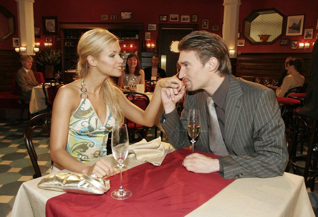 Gemeinsam mit Sabrina (Nina-Friederike Gnädig, l.) feiert Richard (Karim Köster, r.) seinen Erfolg... - Bildquelle: Noreen Flynn Sat.1