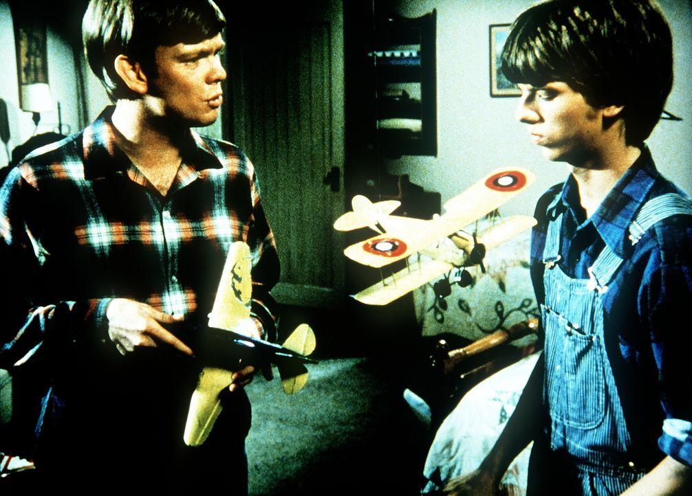 Jason (Jon Walmsley, l.) versucht, seinen Bruder Jim Bob (David W. Harper, r.) zu ermutigen. Er versteht nicht, dass dieser so schnell aufgeben kann. - Bildquelle: WARNER BROS. INTERNATIONAL TELEVISION
