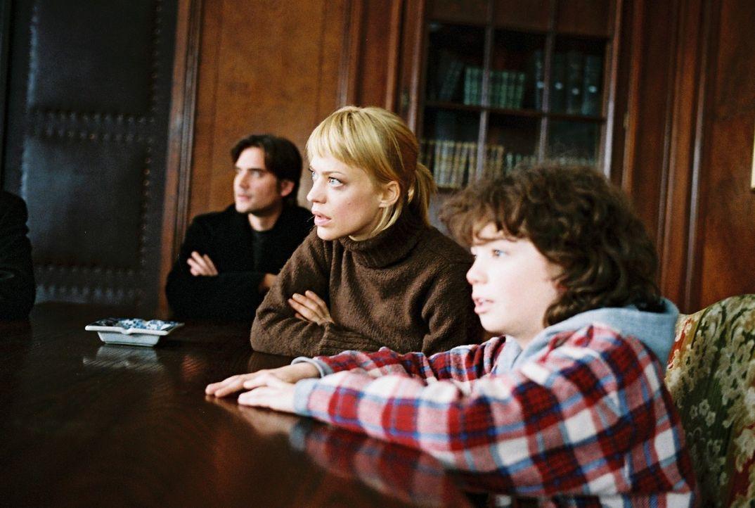 Hat sich alles gelohnt? Eva (Heike Makatsch, M.), Alex (Patrick Rapold, l.) und Jonathan (Thaddäus Reich, r.) sitzen gespannt vor dem Notar - und er... - Bildquelle: Stefan Haring Sat.1
