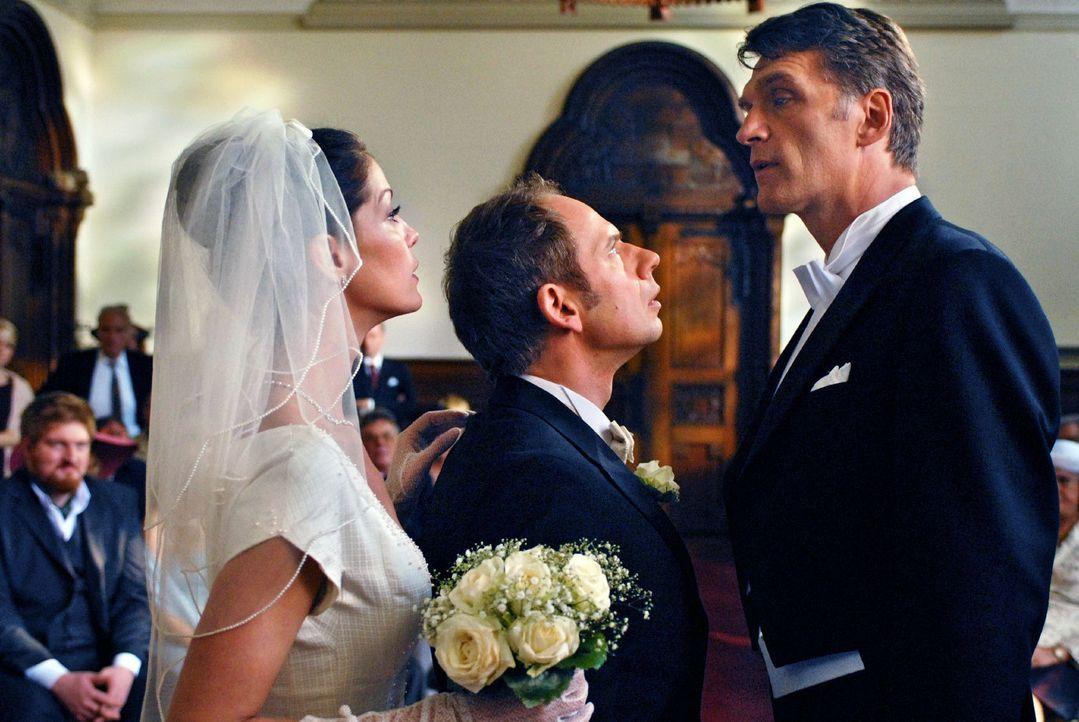 Fabian (Walter Sittler, r.) bricht zum Standesamt auf, um die Hochzeit von Patricia (Esther Schweins, l.) und Bruno (Michael Lott, M.) im letzten Au... - Bildquelle: Rainer Bajo Sat.1
