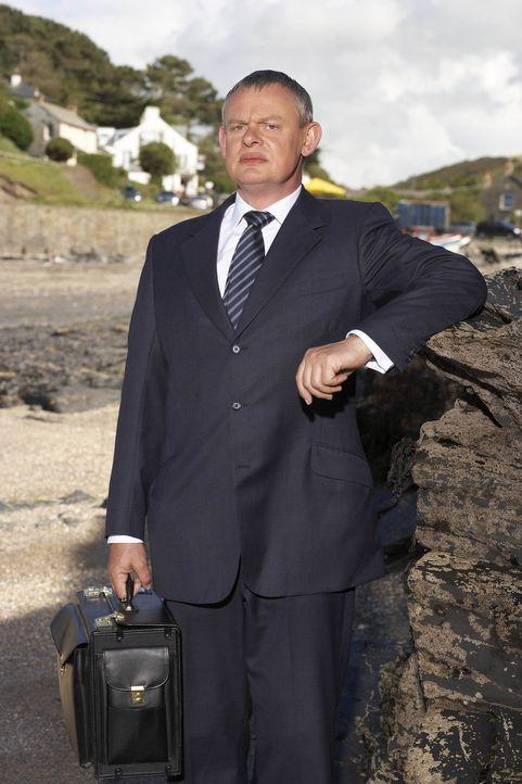 Hat eine unerwartete Begegnung mit Blut in der Küche eines Hotels: Doc Martin (Martin Clunes) ... - Bildquelle: BUFFALO PICTURES/ITV