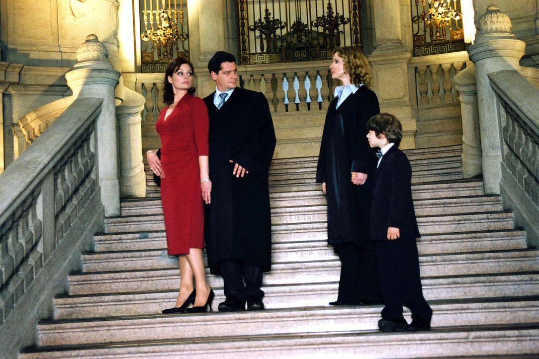 Staranwalt Herbert Windscheid (Fritz Karl, 2.v.l.) wird von seinem Sohn Benny (Paul Zerbst, r.) und dessen Geschwistern verklagt, weil sie seine Hoc... - Bildquelle: Susan Skelton Sat.1