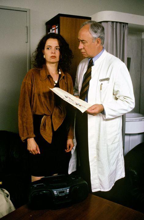 Henny Pfefferkorn (Esther Hausmann, l.) vertraut sich Prof. Günther (Klaus Mikoleit, r.) an: Ihre Tochter Saskia ist entführt worden ... - Bildquelle: Noreen Flynn Sat.1