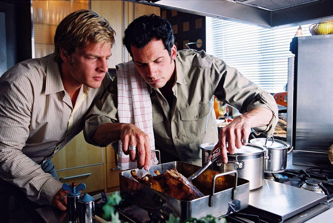 Leo (Henning Baum, l.) lebt mit seinem Freund Thorsten (Martin Rapold, r.) zusammen. - Bildquelle: Christian A. Rieger Sat.1