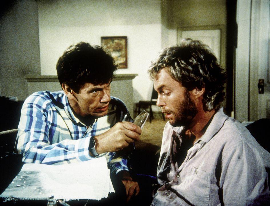 Franklin (Michael Halsey, l.) setzt Carmine Davis (Gary Frank, r.) unter Druck . Denn dieser stellt sich als sehr resistinent gegenüber freundlichen...