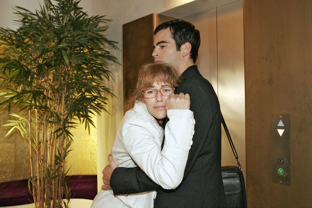 David (Mathis Künzler, r.) trifft Lisa (Alexandra Neldel, l.) nach ihrem Arztbesuch in einem äußerst desolaten Zustand an ... (Dieses Foto von Alexa... - Bildquelle: Noreen Flynn Sat.1