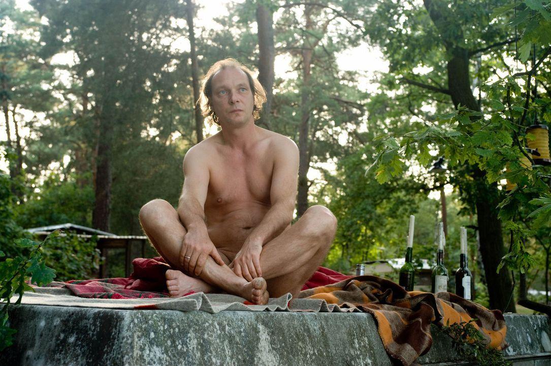 Erkennt erst spät, dass er seinem Sohn die Freiheit lassen muss, sich für oder gegen den Nudismus zu entscheiden: Helmut Steiner (Martin Brambach) .... - Bildquelle: Gordon Mühle Sat.1